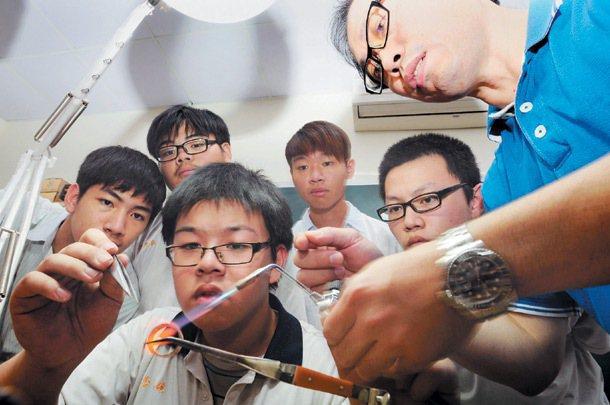 從高職到科大,近來積極帶領學生離開舒適圈,培養動手做的實力。 記者楊光昇╱攝影