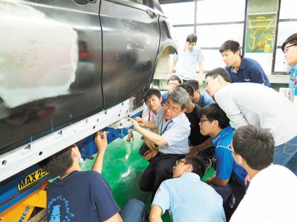 「車輛工程產學訓專班」學生要接受1600小時職業技能培訓。 記者王彩鸝/攝影