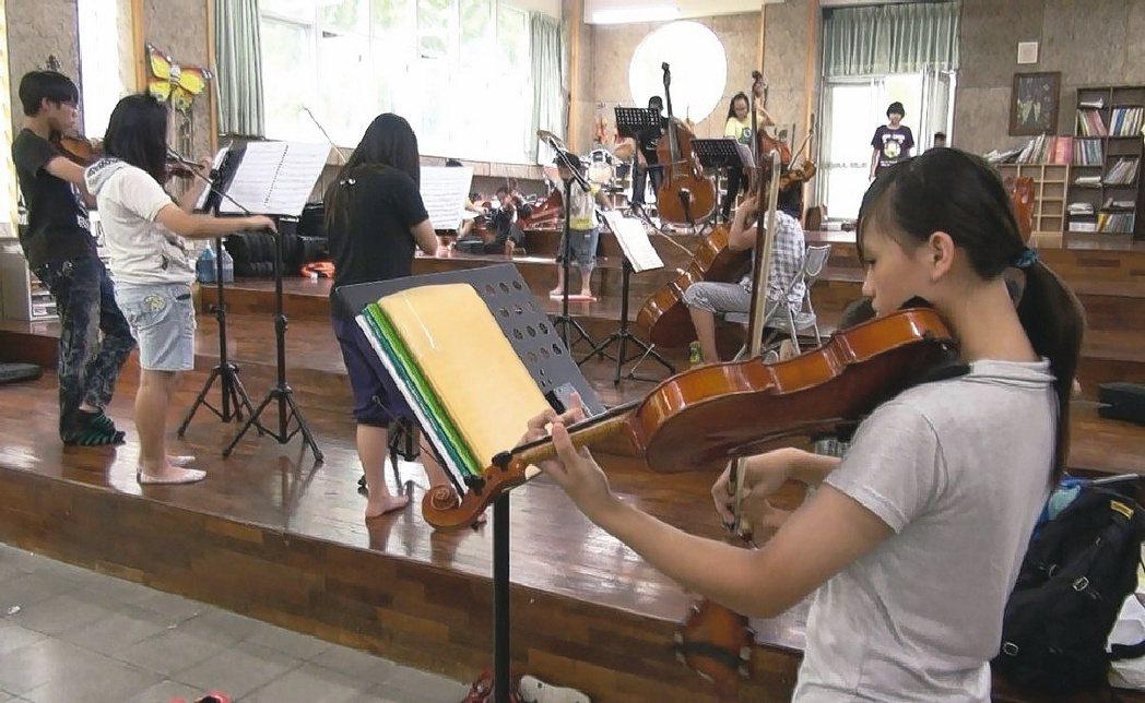 親愛國小弦樂團的孩子每天放學後都留校苦練琴技。 圖╱陳珮文老師提供