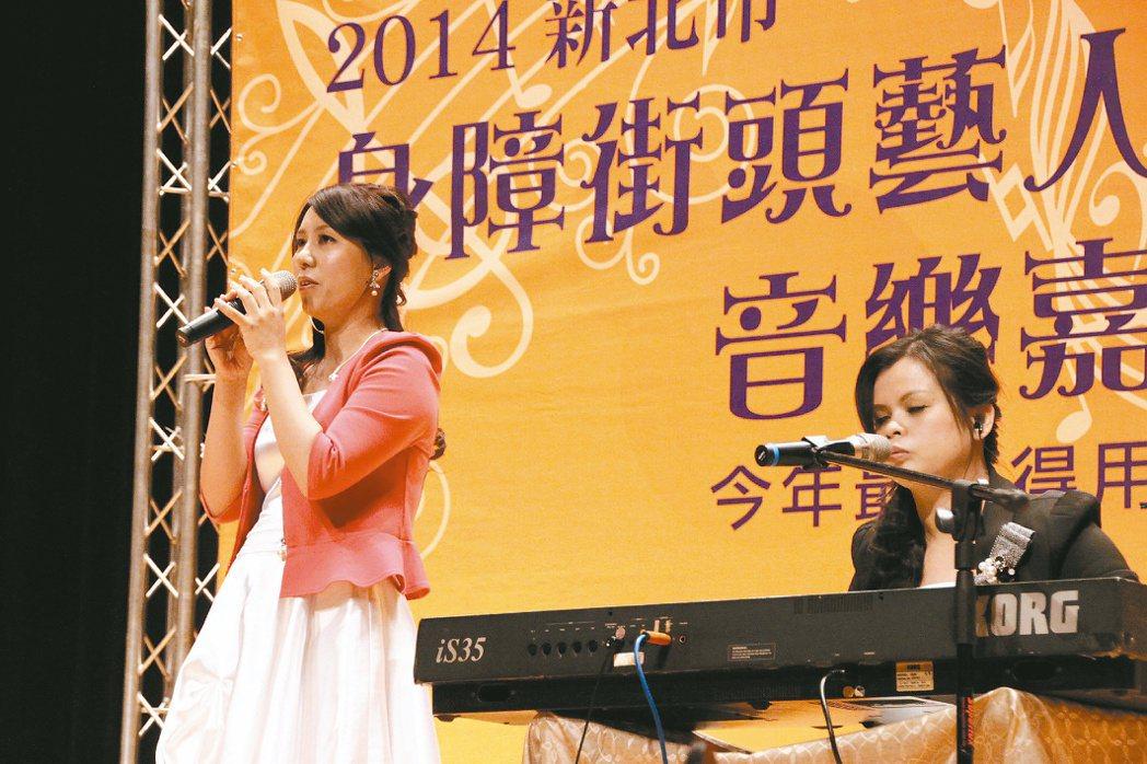 身障表演者張玉霞(右)昨參加「身障街頭藝人音樂嘉年華」。 記者陳雨鑫╱攝影