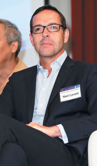 英國傑米奧利佛食物基金會執行長尼爾.洛孚參加社會企業高峰論壇,說明英國名廚奧利佛...