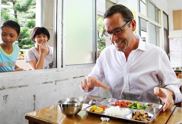 尼爾洛孚(Neil Lovell)與小朋友共享有機營養午餐。 記者王騰毅/攝影
