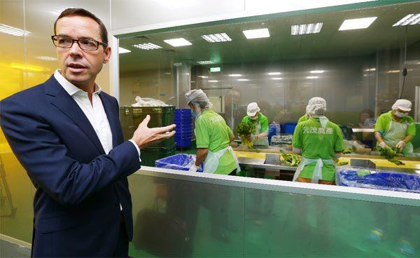 聯合報系邀請傑米奧利佛食物基金會執行長洛孚(Neil Lovell)(左)參訪元...
