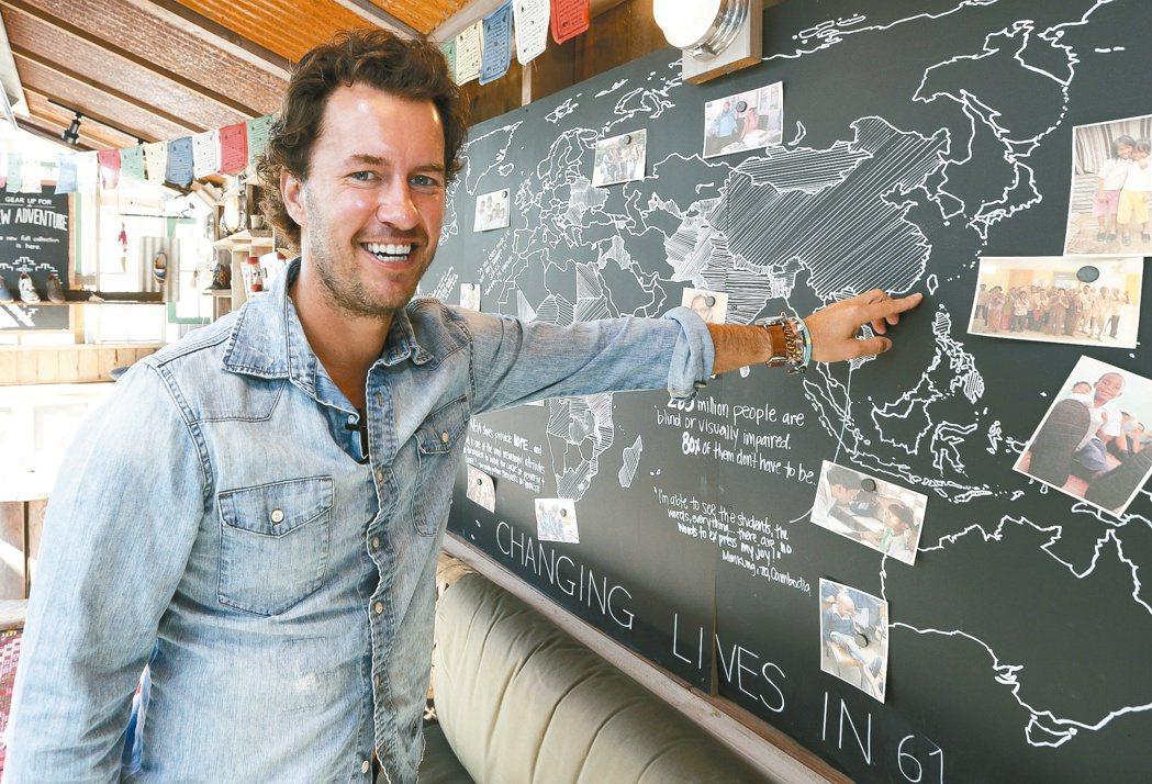 TOMS創辦人布雷克•麥考斯基在黑板上手繪地圖指出台灣的正確位置。他的自傳近日正...