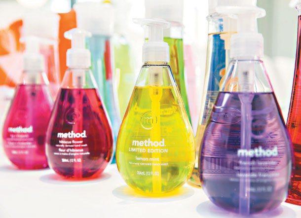 美則(Method)商品以繽紛色彩妝點美麗瓶身,主張環保清潔品「無毒也要時尚」。...