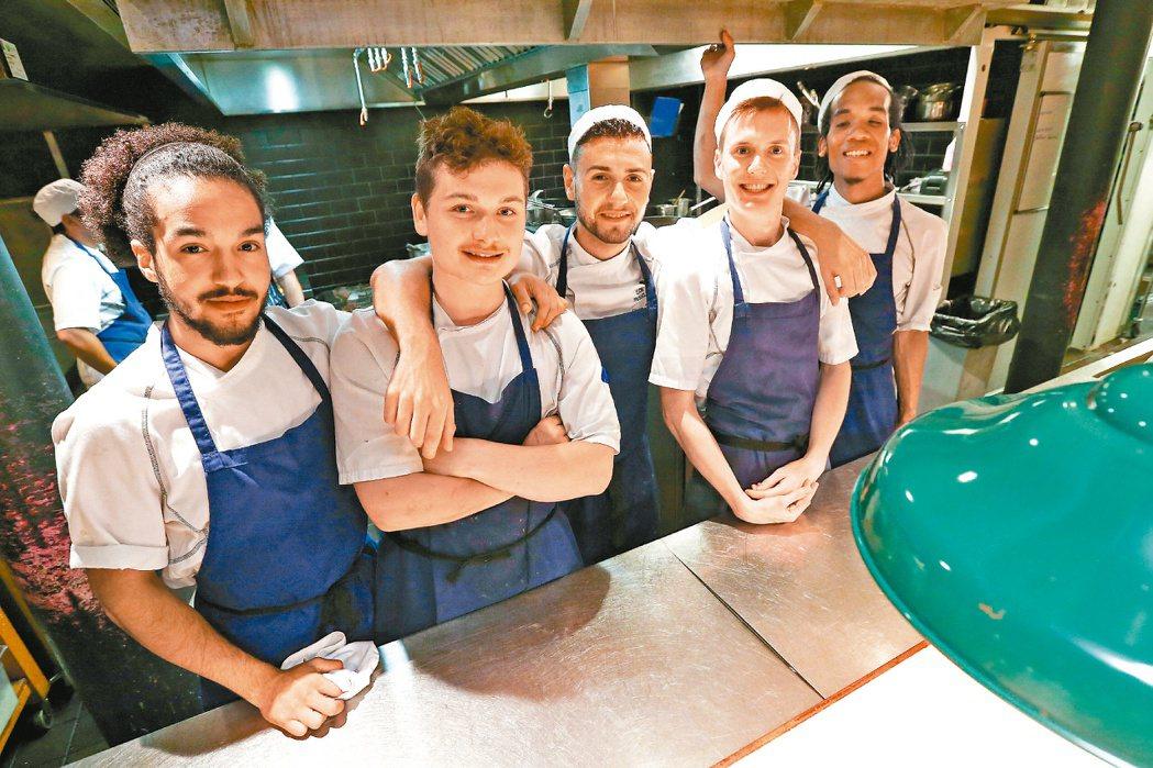 英國名廚奧利佛創辦的「十五餐廳」,讓尼特族在此學藝並自主經營,人生煥然一新。 特...