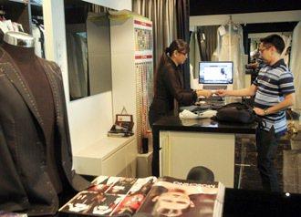 黃佩詩以電腦化控管流程讓顧問安心。 特派記者曾吉松/新加坡攝影