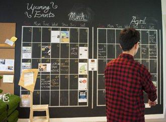 共享工作空間「The Good Lab好單位」,黑板上記錄著整個月份的活動資訊。...