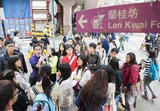 「活現香港」創辦人陳智遠(左二藍衣者)帶著學生導覽中環,講述它的歷史。 特派記者...