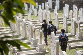 「活現香港」團隊會定時帶團參觀跑馬地墳場,並為遊客導覽。 特派記者楊萬雲/香港攝...