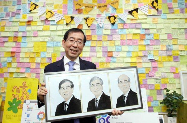 首爾市長朴元淳主張以「共享經濟學」解決都市問題,市政也「共享」;辦公室牆壁上數百...