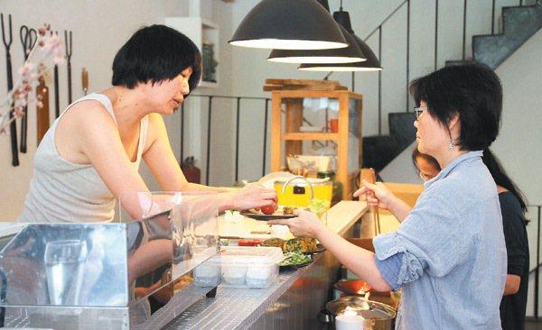上下游基地專賣有機安全食品,二樓有一簡單有吧台,平時提供員工餐食。 記者于志旭/...