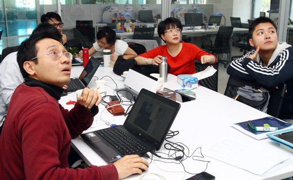 愛樂活社會企業工作團隊開會。 記者徐兆玄/攝影