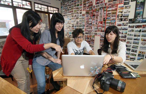 大學畢業三年不到的張珮綺(右一),在台中以「好伴」共同空間創業,吸引一群同樣年輕...