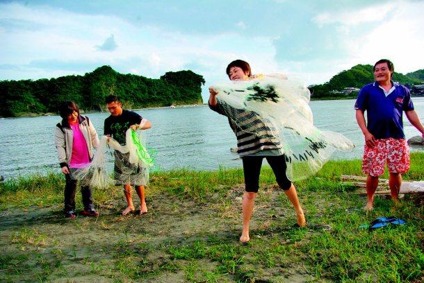 O'rip「漫走」深度旅遊,帶遊客體驗阿美族「巴拉告」(八卦網)生態捕魚法。 圖...