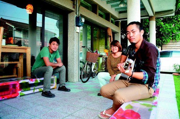 黃鼎堯(由左至右)、魏婉如、劉主揚以「優雅農夫」為共同品牌,用創意幫農村發展生意...