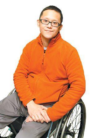 滑雪意外讓醫師許超彥離不開輪椅,他轉而投入社企,協助脊損傷友重回職場。 記者侯永...