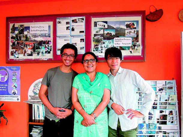 台大學生黃威愷(左)與詹益升走訪尼泊爾,見證Lucky(中)讓當地弱勢女性變觀光...