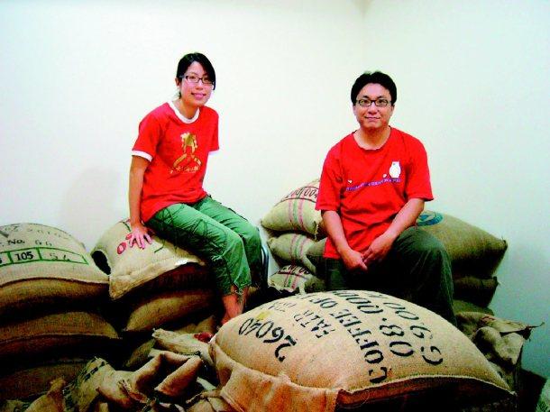 「生態綠」咖啡創辦者徐文彥(右)、余宛如以賣「公平貿易」咖啡為方法,更推廣消費倫...