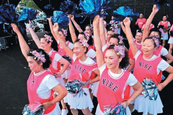 「用心快樂」社會企業支持導演楊力州拍攝的紀錄片「青春啦啦隊」,推廣「老人樂活」。...