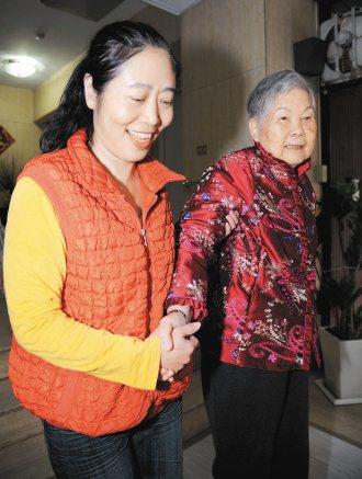 居家照顧員李明蘭(左)真心把失智阿嬤當成自己親人照顧。 記者陳易辰╱攝影
