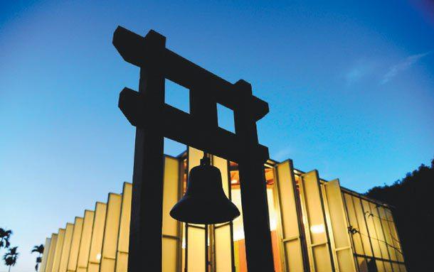 敲希望的鐘 南投桃米社區的祈福鐘,後方為紙教堂。 圖╱顏新珠攝影、新故鄉基金會提...