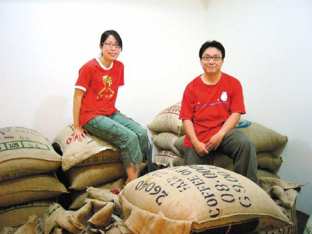 「生態綠」咖啡創辦人徐文彥(右)、余宛如賣「公平貿易」咖啡,推廣消費倫理。 本報...
