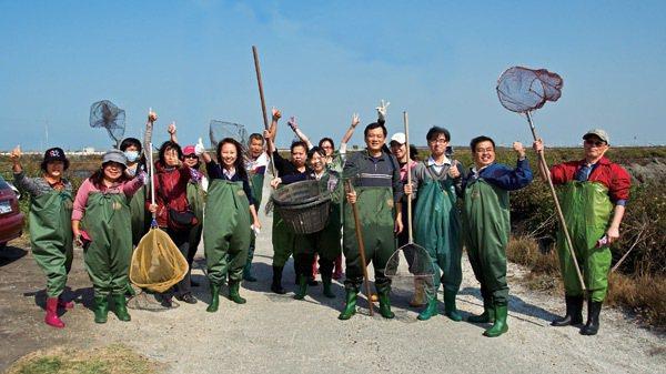 漁翁得利團隊帶領遊客下鄉到彰化漢寶養殖區,體驗工作假期漁村旅行。 圖/團隊提供