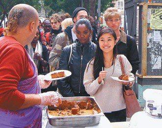 倫敦的印度餐廳到大學校園辦試吃,讓更多人透過美食了解印度文化。 記者陳柏亨/倫敦...