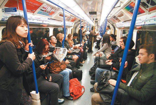 英國一名白人女子在地鐵內大罵鄰座的亞裔乘客七分鐘,指他們「非法移民」、「貪圖福利...
