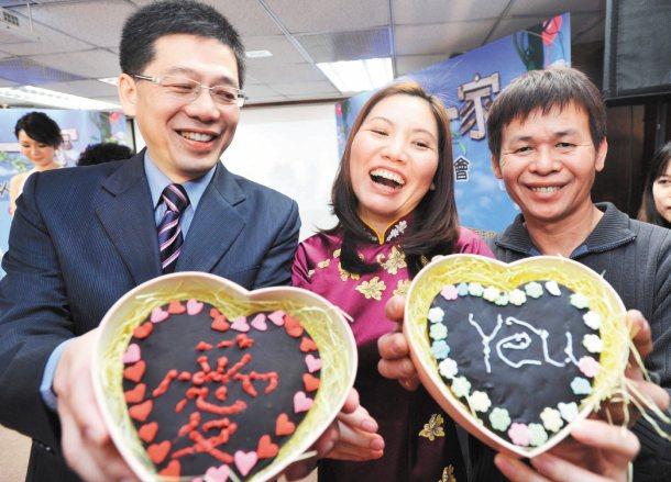 移民署長謝立功(左)昨天與新移民夫妻製作巧克力,一同慶祝白色情人節。 記者陳正興...