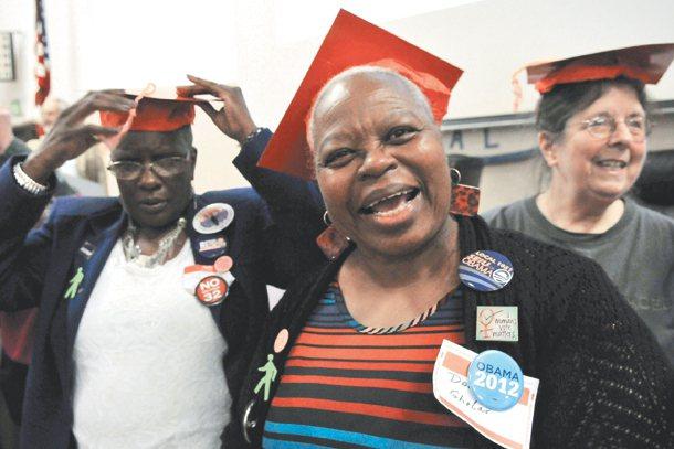 舊金山這群「銀髮公民」勇於對公共議題發聲,身上別滿口號與徽章,聲援年輕人,展現世...