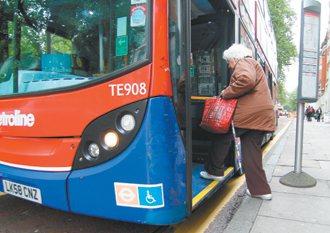 低底盤公車,老人上下車更方便、安全。 記者陳柏亨/倫敦攝影