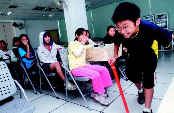 萬芳國小教師鄭智仁讓學生上台表演,由台下同學猜猜是在演什麼,學生很快就猜出是在演...