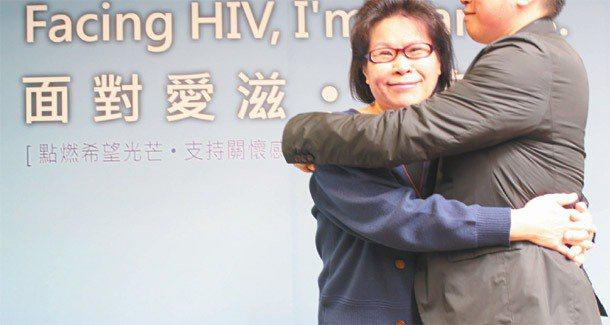 馬修(右)與媽媽擁抱。馬修媽媽說,不怕兒子有愛滋,只擔心他不按時治療服藥。 圖╱...