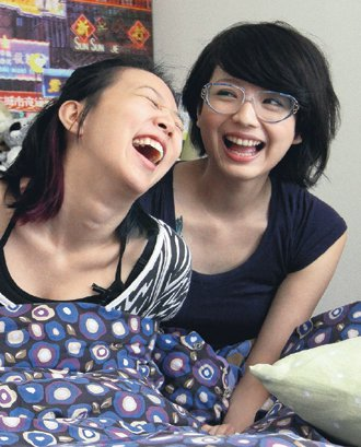 外形亮眼的Anna(右)擁著伴侶吉野說,女生比男生體貼,我們很珍惜彼此。 記...
