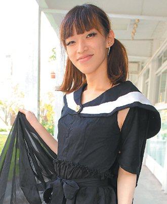 許傑欽喜歡設計女裝,對流行有獨特品味,甚至連畢業服都加上流行元素。 記者劉學...