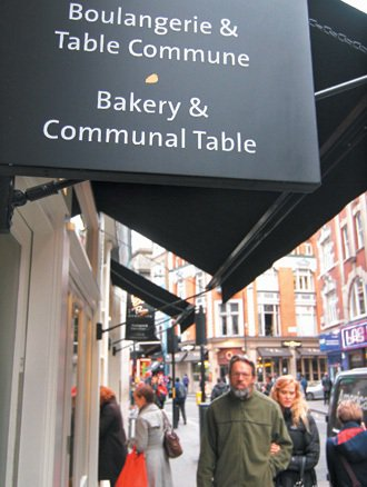 英國倫敦的熱門餐廳,多設有吸引單身食客的「共享餐桌區」。 記者陳柏亨/英國倫...