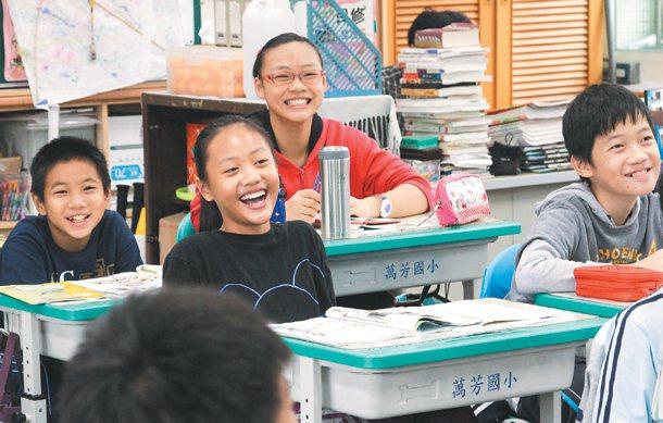 教師鄭智仁響應本報「小心,歧視」專題,與學生討論單身歧視。 記者鄭清元╱攝影