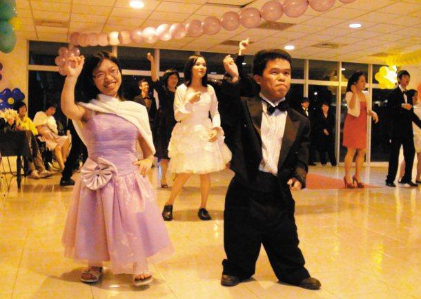 身高相當的簡哲偉(右)、王芮涵(左),昨晚在舞會中配對共舞。 記者王昭月╱攝影