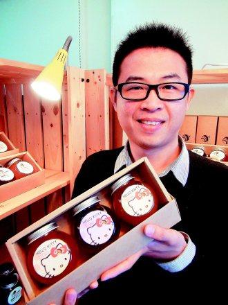 王長添和日商三麗鷗合作推出凱蒂貓蜂蜜伴手禮,粉絲立刻下訂。 記者賈寶楠╱攝影