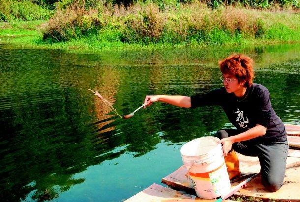 化工碩士王莉鈞為了尋回舌尖的記憶,養出台灣本土大閘蟹。 記者洪敬浤╱攝影