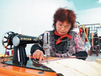 媽媽們用這種骨董老針車,一起創造「不插電傳奇」。 記者賈寶楠╱攝影