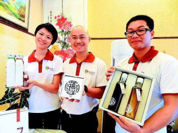 蔡福良(中)與張毓萱(左)夫婦和學弟許哲榕攜手,希望有一天帶著自己的產品走向世界...