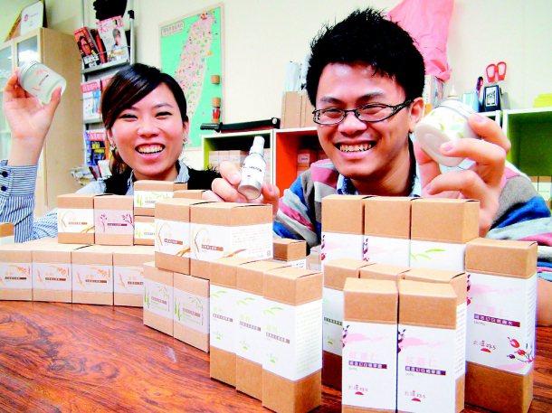 何佳霖(左)、李坤陽就讀研究所時創業,堅持用台灣農產做保養品,為小農說故事。 記...