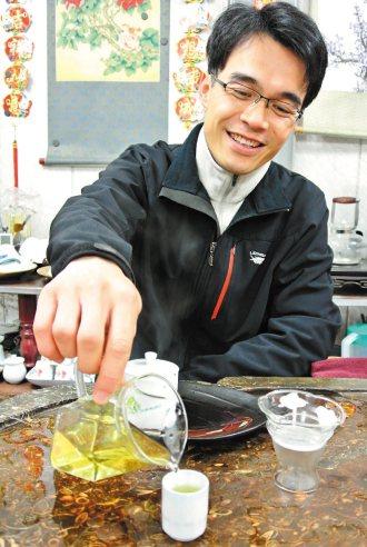 留學澳洲的張正杰,擁有六個碩士學位,他返回梨山協助雙親種茶、製茶,現在擁有一身「...