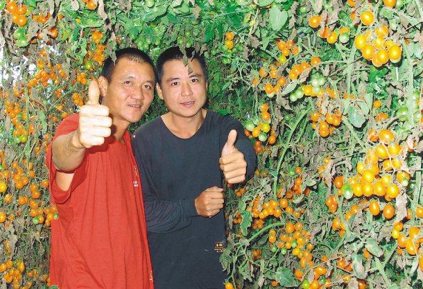 高世男(左)帶著吳定鴻(右),從以往混跡黑道轉為發展「綠金」。 記者徐如宜╱攝影