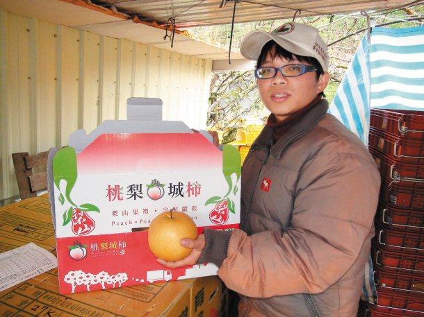賴昱瑋自創品牌「桃梨城柿」,表達自己逃離城市的心情,也把自家產的水果都帶到。 記...