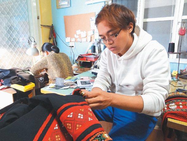 傳統排灣服飾在阮志軍的巧思下,原味中有了不同的風貌。 記者翁禎霞╱攝影