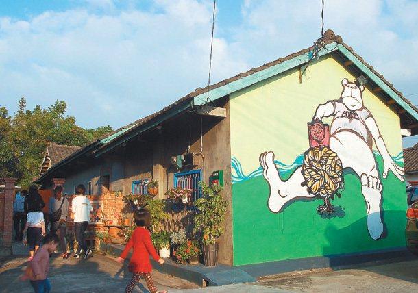 稻田中的豬室繪社,把豬圈、牛舍巧妙變身為咖啡廳、美術教室,也是觀光亮點。 記者洪...